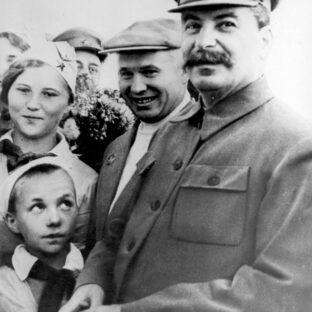 Иосиф Сталин и Никита Хрущев (1930), автор неизвестен