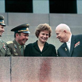 Н.Хрущев, В.Терешкова П.Попович и Ю.Гагарин на трибуне мавзолея, В. Малышев