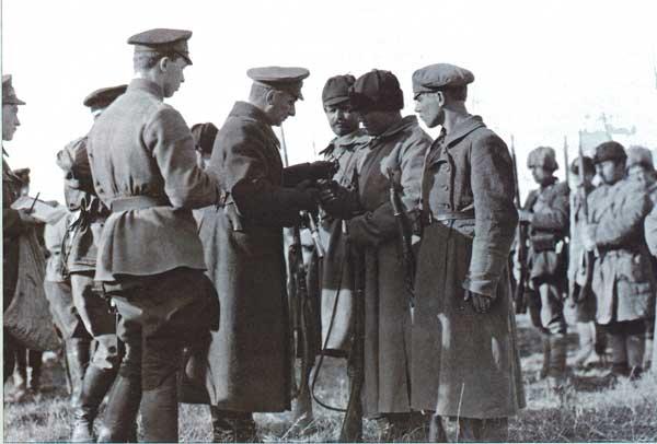 Адмирал Колчак вручает боевые награды, 1919 год, автор неизвестен
